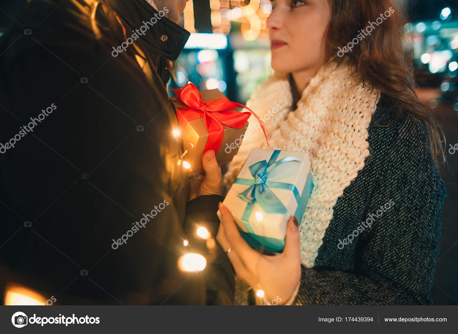 romantische Überraschung für Weihnachten, Frau erhält ein Geschenk ...