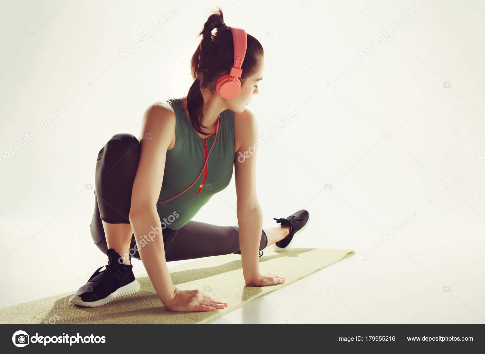 f035c59f811cf8 Widok z przodu młodej kobiety rozciąganie ciała w aerobiku. — Zdjęcie  stockowe