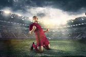 Štěstí fotbalista po gól na hřišti stadionu