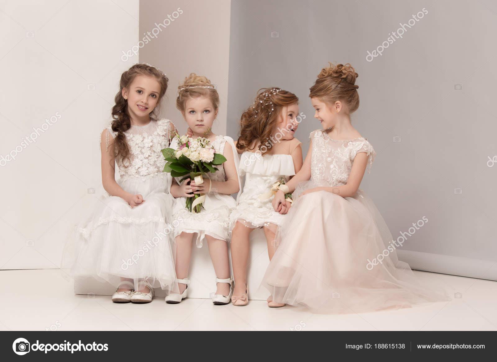7835819ba8 Małe dziewczynki ładne kwiaty ubrane w suknie ślubne. Piękne dziewczyny  trochę. dziewczyn marzy o ślubie. Piękno