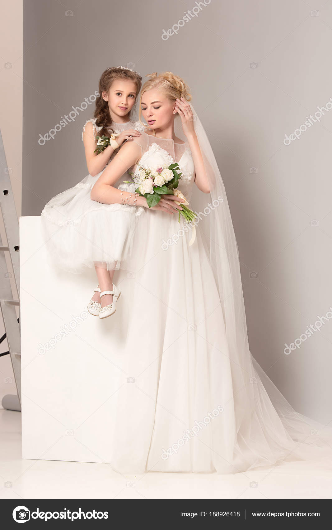 Hübsche Mädchen mit Blumen in Brautkleider gekleidet — Stockfoto ...