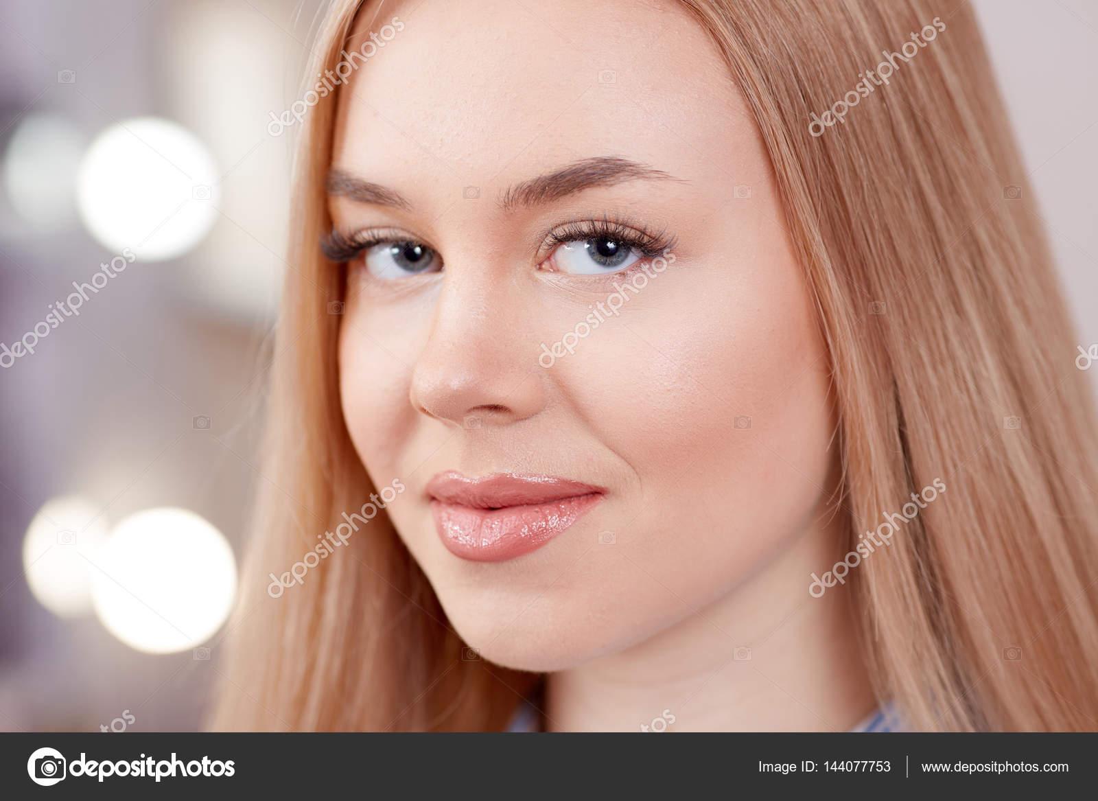 blondine mit gef hllosen augenbrauen permanent make up. Black Bedroom Furniture Sets. Home Design Ideas