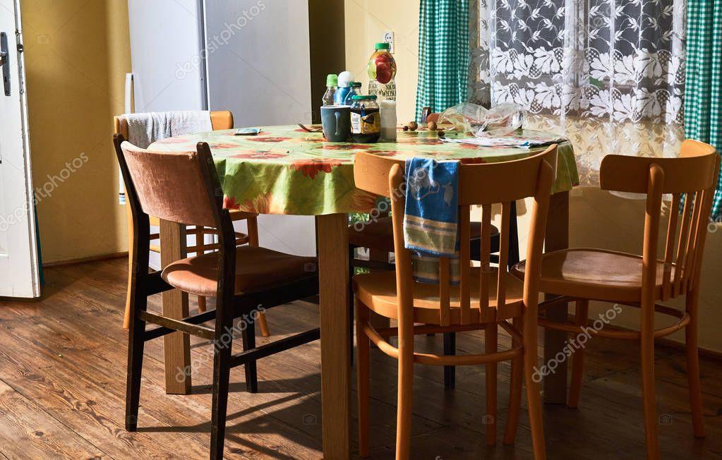 Antigua mesa de cocina — Foto editorial de stock © mariuszks ...
