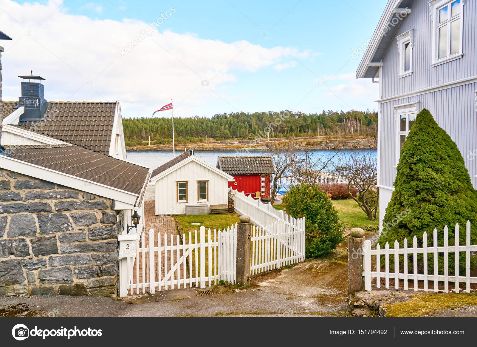 Nostalgische Norwegischen Alley Einen Holzernen Zaun Vor Dem Weissen