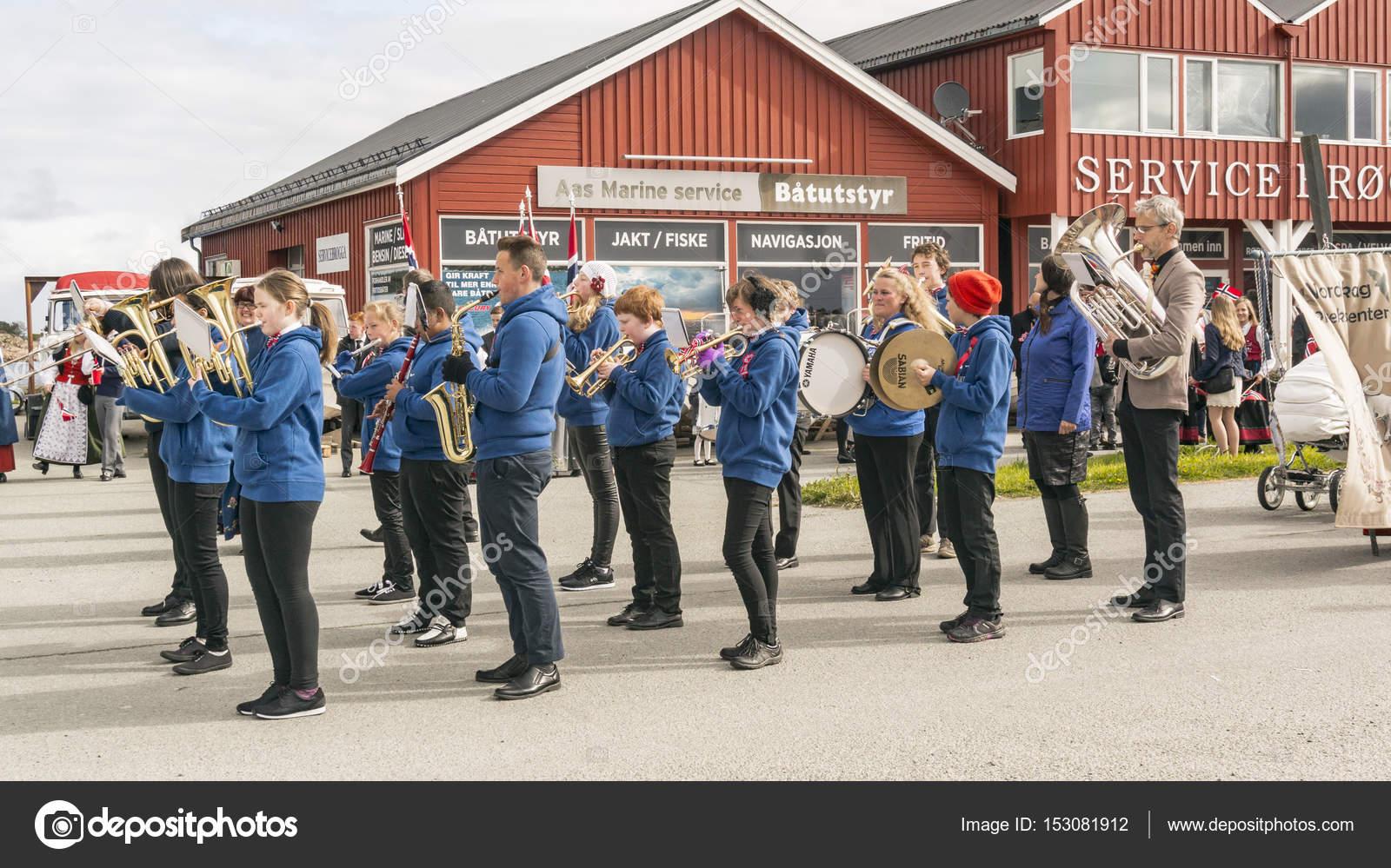 2a89295cf51 Νορβηγική ορχήστρα με μέσα στα γαλάζια φορέματα – Εκδοτική Εικόνα ...