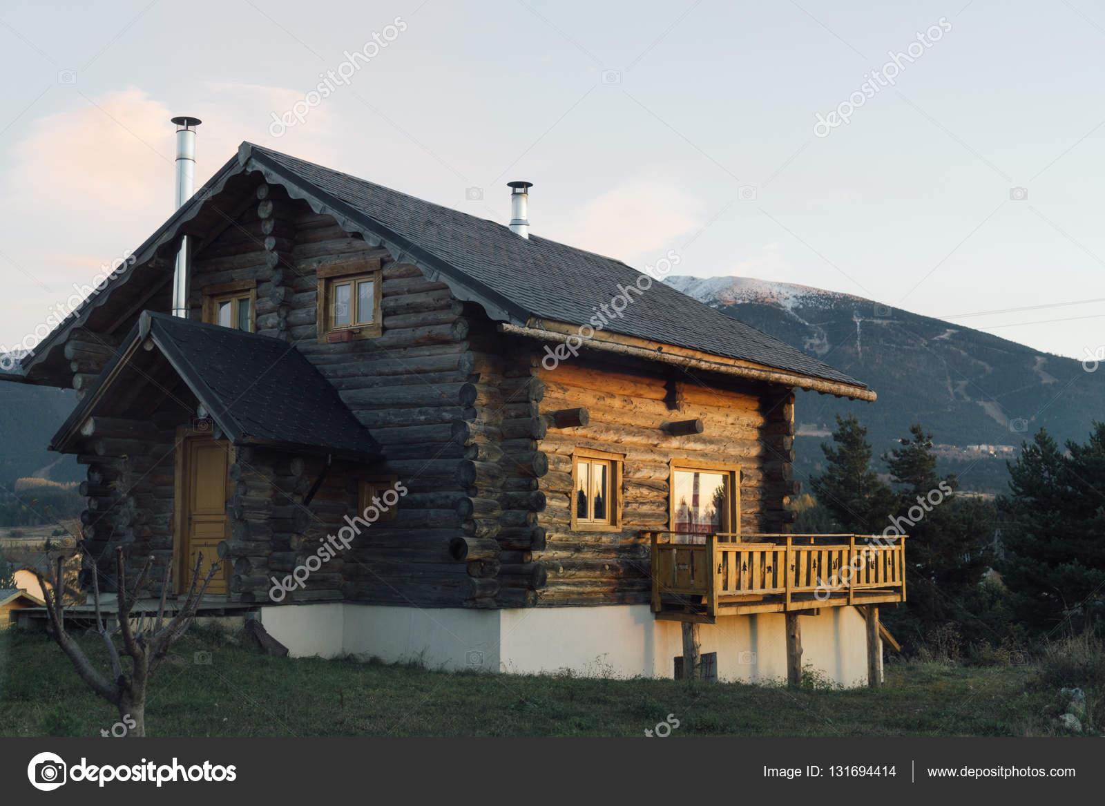 Extreem Klein huisje in de bergen — Stockfoto © skat_36 #131694414 &MF94