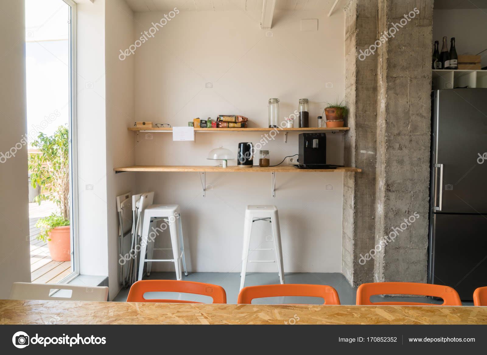 Schappen in de eetkamer u stockfoto skat