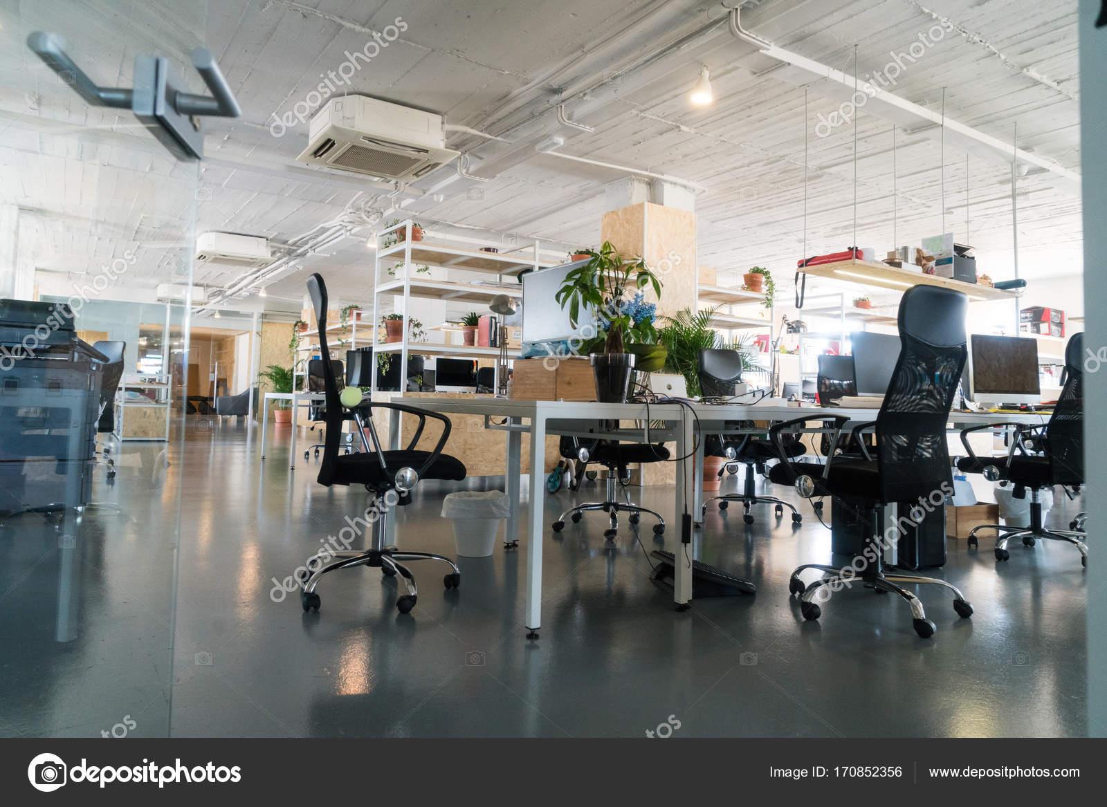 Binnenkant van stijlvol eigentijds kantoor u stockfoto skat