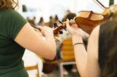 Fotografie Frauen spielen Geigen im Konzertsaal