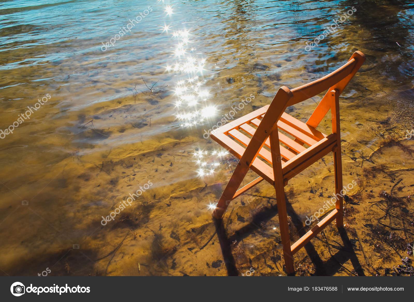 stuhl wie wasser auf strand mit stuhl sand meer wasser leute stockfoto with stuhl wie wasser. Black Bedroom Furniture Sets. Home Design Ideas