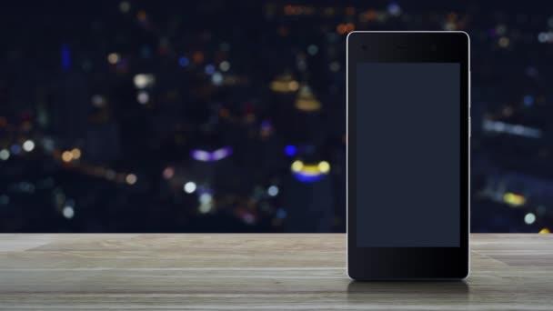 E-Mail flache Symbol auf modernen Smartphone-Bildschirm auf Holztisch über verschwimmen bunte Nacht Licht City Tower und Wolkenkratzer, Business kontaktieren Sie uns Online-Konzept