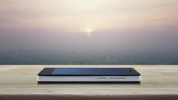 E-Mail flaches Symbol auf modernem Smartphone-Bildschirm auf Holztisch über Stadtturm und Wolkenkratzer bei Sonnenuntergang, Vintage-Stil, Geschäftskommunikation Online-Konzept