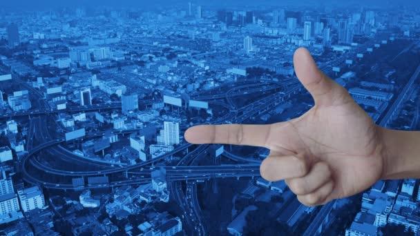 Informační značka plochá ikona na prstě nad moderní městskou věží, ulicí, rychlostní a mrakodrapem, koncept podpory zákazníků