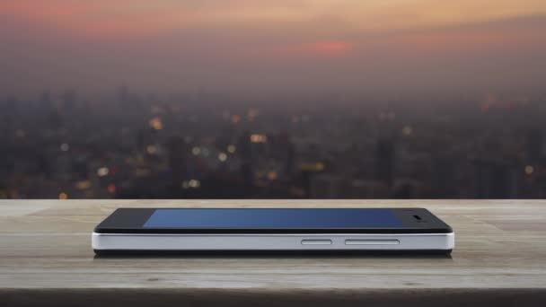 E-Mail flaches Symbol auf modernem Smartphone-Bildschirm auf Holztisch über Unschärfe der Stadtlandschaft bei warmem Licht Sonnenuntergang, Business kontaktieren Sie uns Online-Konzept
