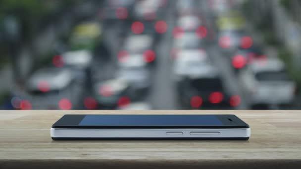 E-Mail flaches Symbol auf modernem Smartphone-Bildschirm auf Holztisch über Stadtturm und Wolkenkratzer bei Sonnenuntergang, Vintage-Stil, Business kontaktieren Sie uns Online-Konzept