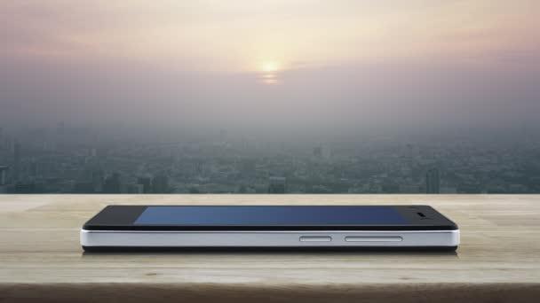 Térkép pin helyét gomb modern okos mobiltelefon képernyő fa asztal felett torony és felhőkarcoló naplementekor, vintage stílus, Térkép mutató navigáció online koncepció