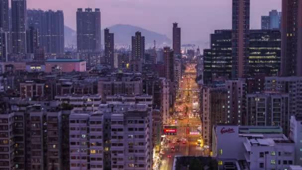 Čas zániku busy provozu ulici v rezidenční čtvrti west Kowloon, Hong Kong.