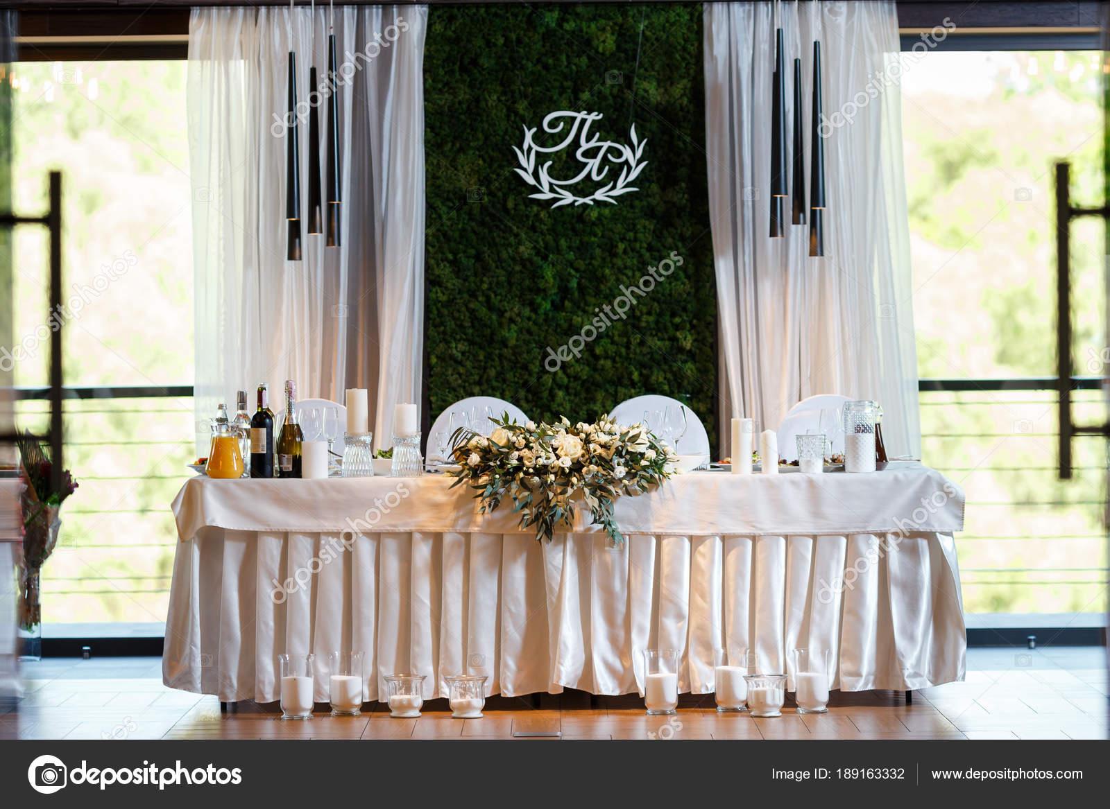 Ein Modernen Bankettsaal Mit Floristik Dekoriert Hochzeit Tisch De
