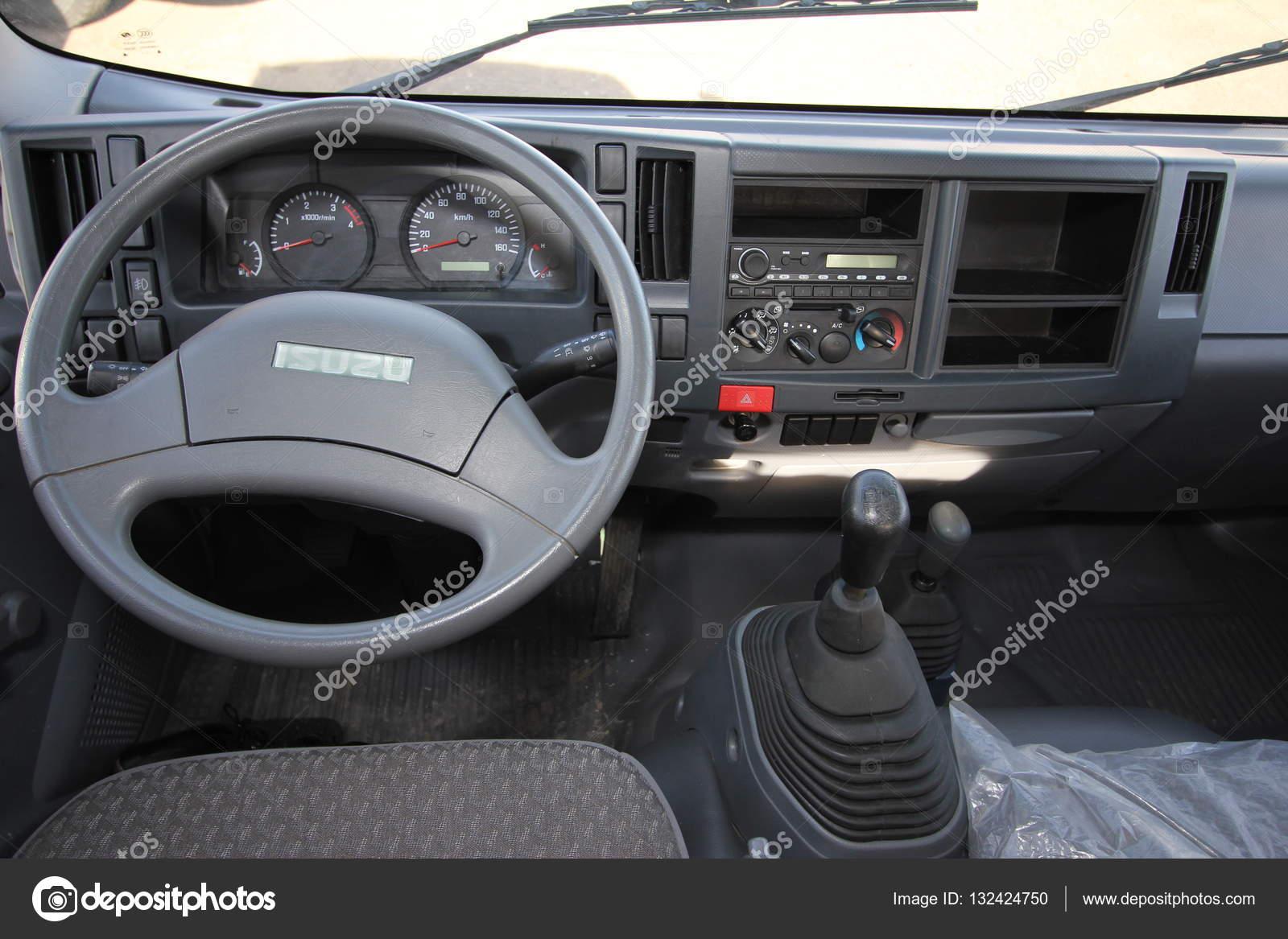 het interieur van de cabine van de vrachtwagen Isuzu inside ...