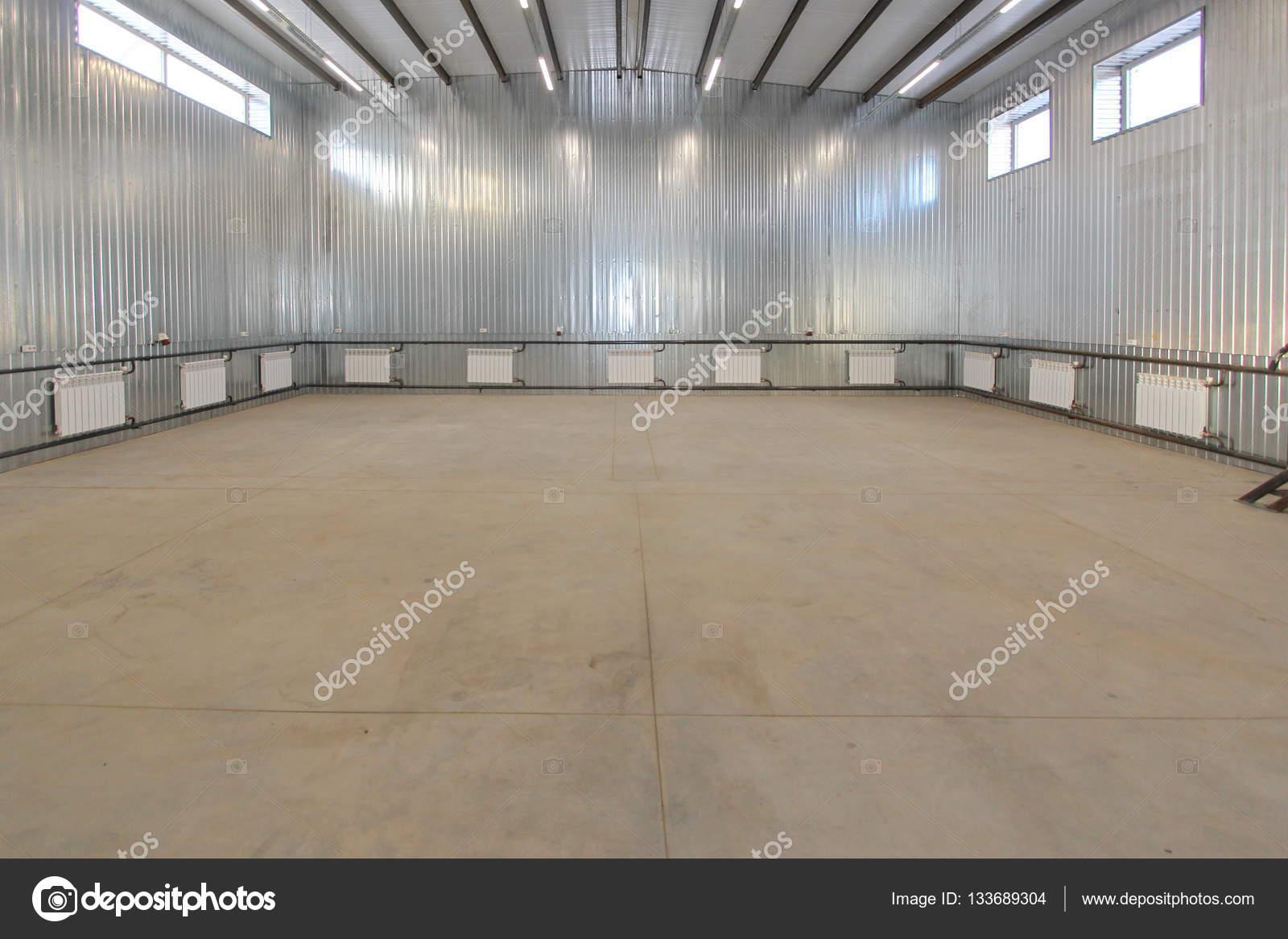 Leeren parkhaus lager interieur mit großen weißen toren und