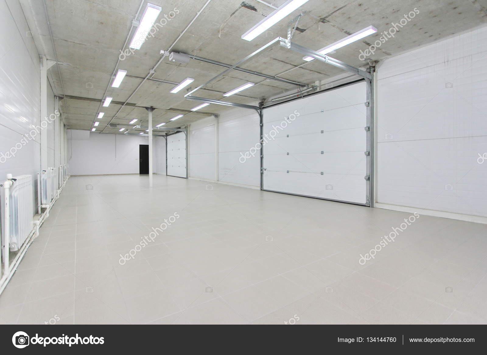 Pusty Parking W Garażu Magazynu Wnętrze Z Dużych Bram Białe I Szare