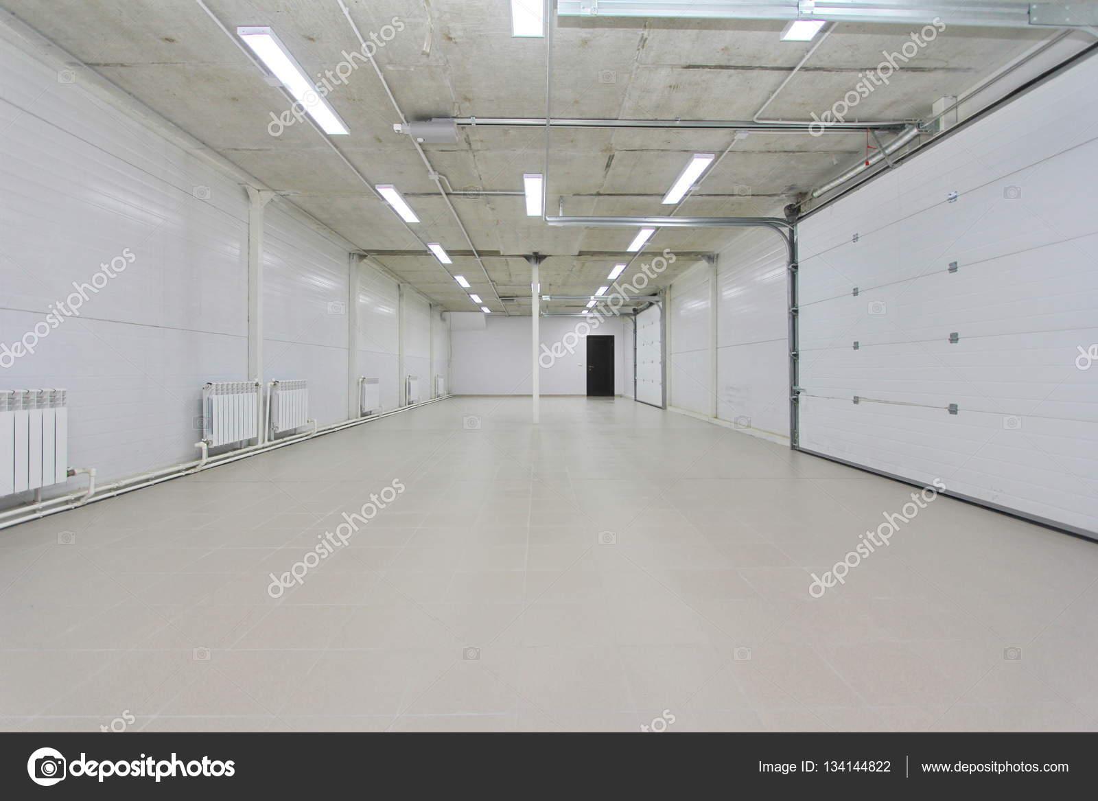 Garage de stationnement vide int rieur entrep t avec for Entrepot carrelage
