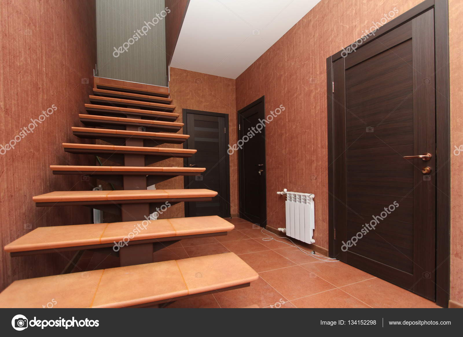 escalera abierta con escalones de piedra hasta el interior cerca de corredor sobre un
