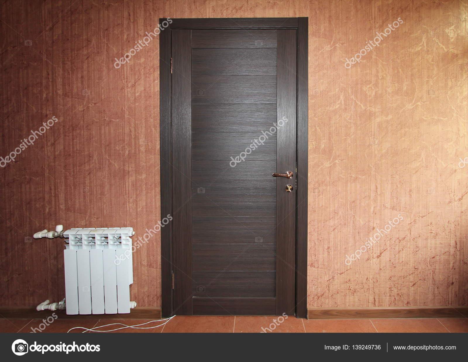Geschlossene holztür  geschlossene Holztür Nahaufnahme mit roten Vintage Tapete und ...