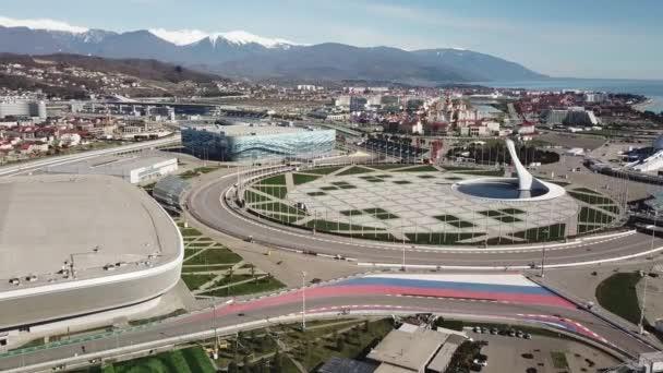 Szocsi, Oroszország - 20.04.2020 a Szocsi Olimpiai Park. Kilátás felülről. Légifotós videó. Olimpiai láng.