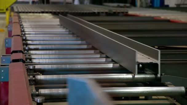Dopravník automatizovaný stroj řezání kovu v průmyslové výrobě