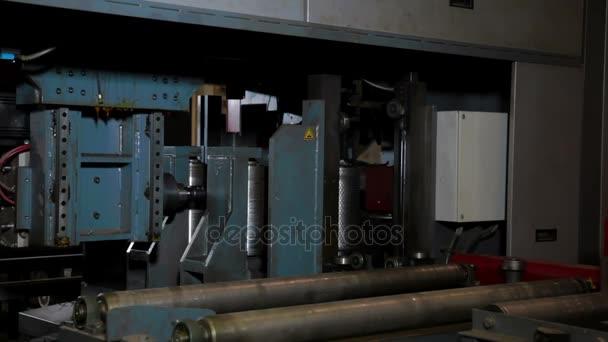 Timelapse vrtací stroj zpracovává kov