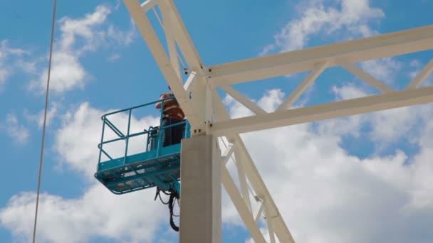Stavební dělník webu. Moderní budova skladu
