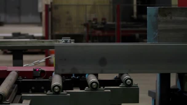 Ocelové tyče na výrobní lince v průmyslové výrobě