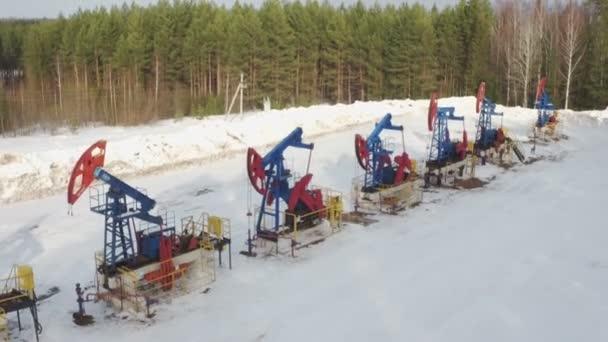 Prese di pompa di olio vista aeree lavorano e petrolio greggio per combustibili fossili di energia di pompaggio
