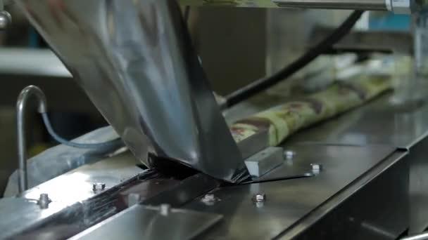 Zmrzlina v čokoládové polevě balení na výrobní lince. Zmrzlina na klacku s čokoládovou polevou. Čokoládová poleva v továrně na zmrzlinu.
