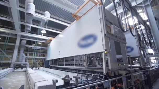 Proces eloxování hliníkových desek ve výrobě, Ponoření hliníkových desek do kapaliny. Automatická výrobní linka v moderní výrobě. .