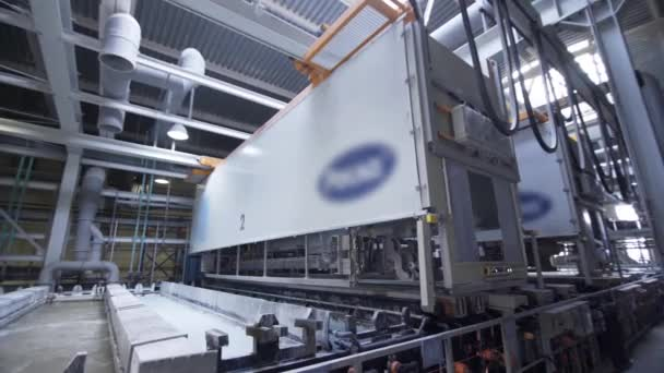 Továrna na eloxování, hliník, hliník, eloxování, elektrolytická pasivace pro zvýšení tloušťky vrstvy přírodního oxidu na povrchu kovových dílů.