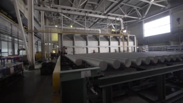 Produktionslinie für Aluminiumstrangpressen in einer modernen Fabrik. Herstellung von komplexen Leichtmetallprofilen aus stranggepresstem Aluminium, die häufig als Werkstoff in Konstruktion und Fertigung verwendet werden