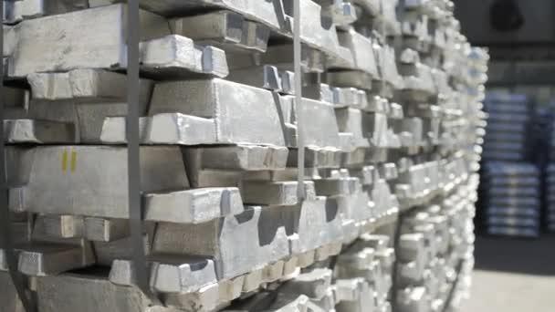 Fémrudak az alumíniumöntödében. Fémkohászati üzemben alumíniumprofilgyártáshoz használt tuskók