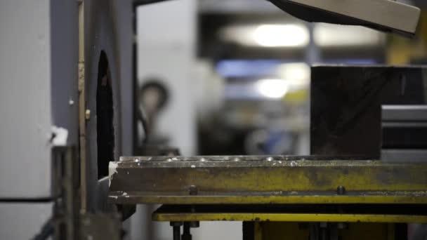 Továrna na extruzi hliníku. Výroba komplexních lehkých protlačovaných hliníkových kovových profilů, běžně používaných jako materiál ve stavebnictví a výrobě