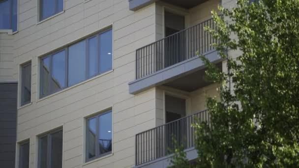 Neues Mikroviertel, Fenster und Balkone des Mehrfamilienhauses im Wohngebiet