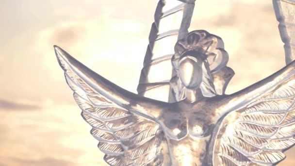 Hattyú jégszobra - nő. Az emberek mítoszainak karakterét. Jégszobrok Oroszországban. Szobrok a Jégvárosban az esti naplementében.