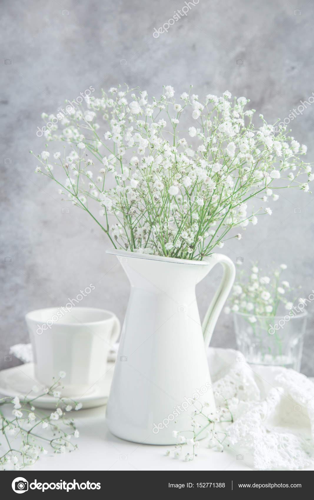 wei e blumen in vase und tasse tee stockfoto anna shepulova 152771388. Black Bedroom Furniture Sets. Home Design Ideas