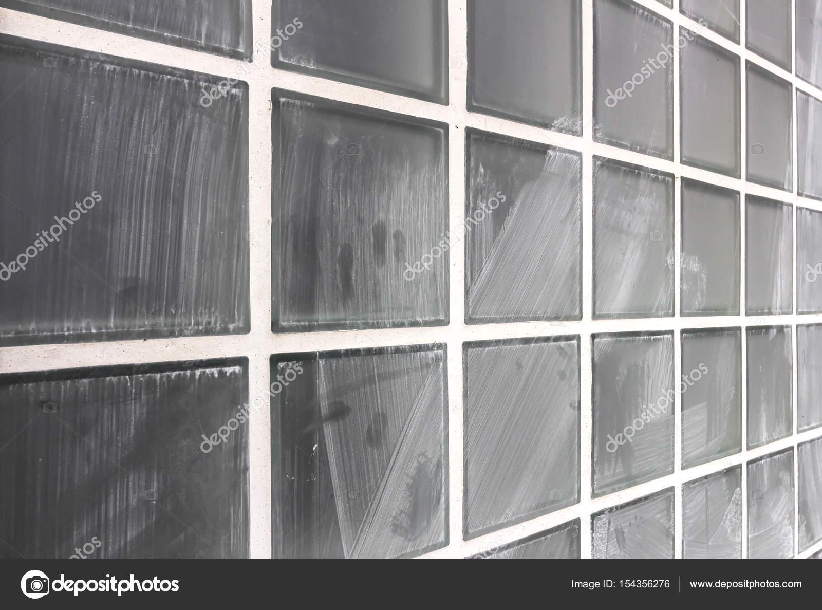 Wand aus Glasbausteinen schmutzig — Stockfoto © germanopoli #154356276