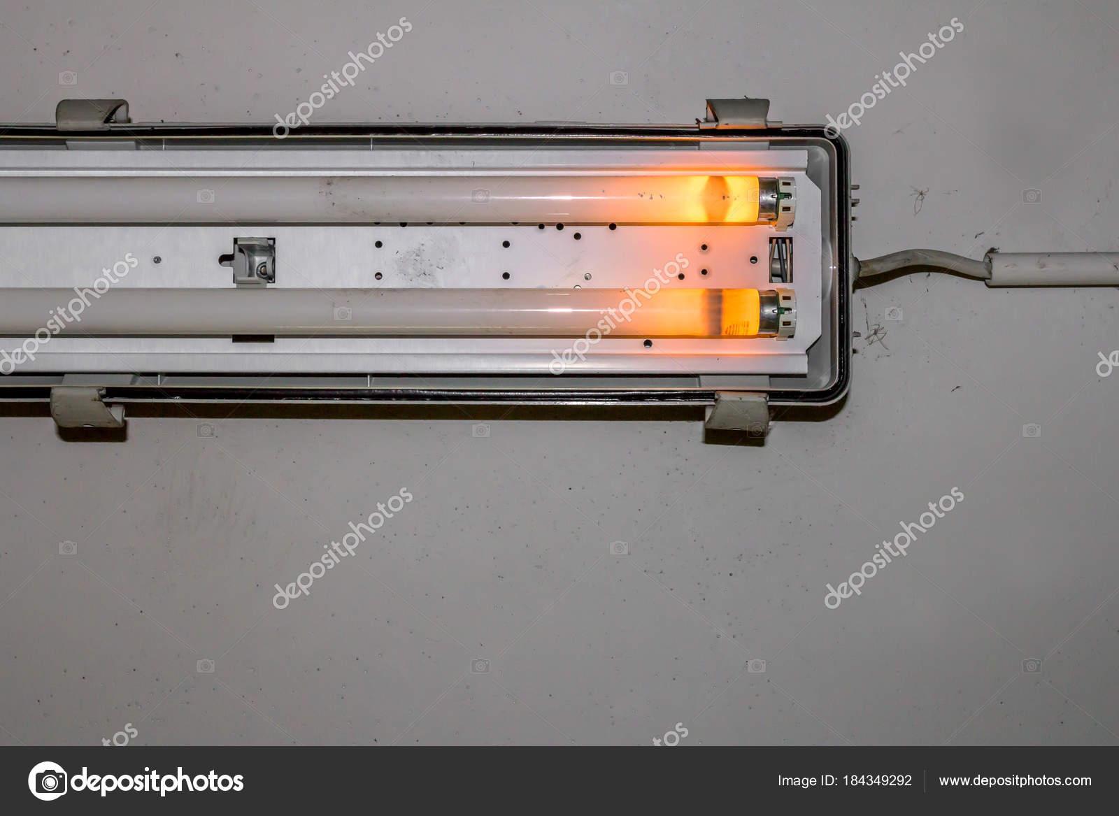 Lampada Al Neon Rotto Foto Stock C Germanopoli 184349292