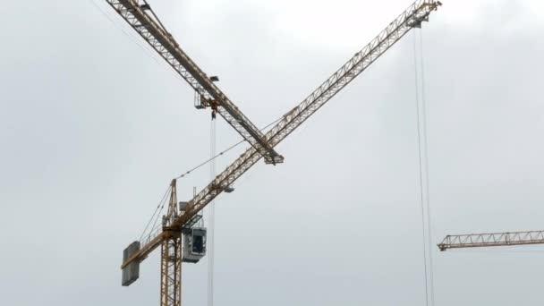 Baukran arbeitet Turmgebäude 4k