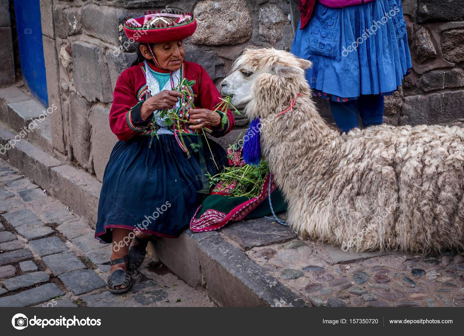 68dbf7de5349 Παλιά οι γυναίκες με παραδοσιακή ενδυμασία σίτιση αλπακά σε Pisac ...