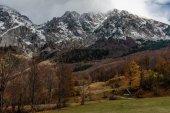 Cabina di legno in montagna in autunno in Bosnia e Herzeg