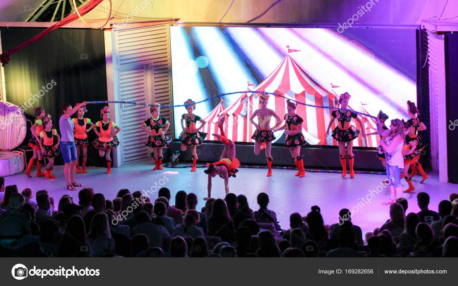 Un baile complejo con una comba — Foto editorial de stock © nikey ...