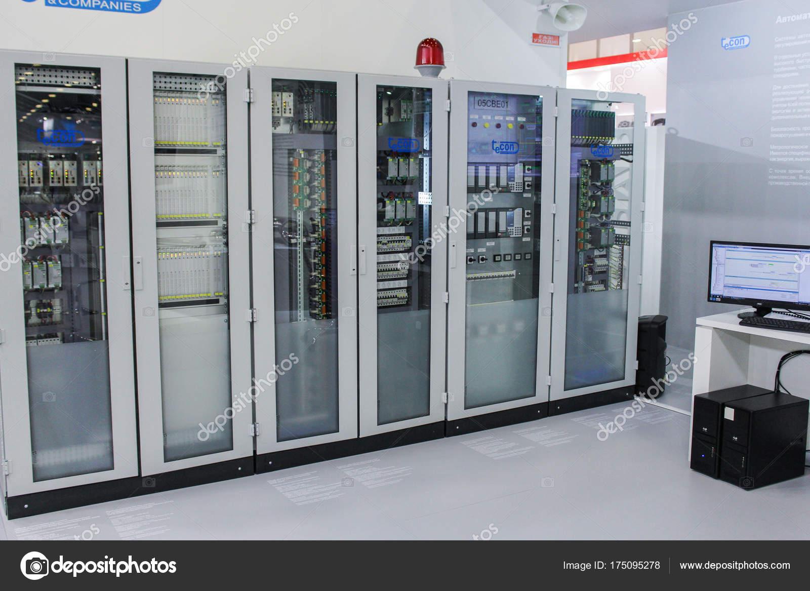 Serverschränke des Kontrollsystems — Redaktionelles Stockfoto ...